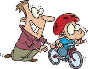 Ajo-opettelun vaiheessa kypärää käytetään kiitettävän usein, mutta tapaa kannattaisi kaiken ikäisten pyöräilijöiden noudattaa kaikissa ajotilanteissa. Kuva: iclipart.com.