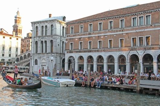 Venetsian laguunin ja kanaalien rannoilla ero normaalin vedenpinnan ja tulvan välillä on todella vähäinen.