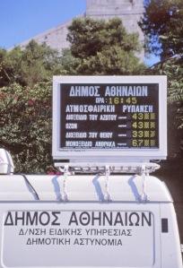 Ateenan ilmanlaatua mitataan jatkuvati, ja tulokset ovat nähtävillä reaaliaikaisina suurilla näyttötauluilla. Kuvan mittaukset rikkidioksidin, otsonin, typrikkidioksidin ja häkäkaasun pitoisuuksista ovat kertovat menneiden vuosien saastuneesta ilmasta. Laman heikentämvähentämän liikenteen ja teollisuustuotannon seurauksena useimmat arvot - tosin eivät otsonipitoisuudet - ovat alentuneet.