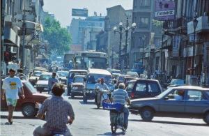 Viiden miljoonan asuikkaan ja miljoonan auton Ateenan ilmanlaatu on heikompaa kuin eurooppalaisissa suurkaupungeisa yleensä. Merkittävää parannusta on kuitenkin tapahtunut viime vuosina, osin määrätietoisen ilmansuojelutyön´ ansiosta, mutta osansa on ollut myös taloudellsiella lamalla.