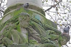 Lontoon ilmansaasteiden synkästä historiasta näkyvät dramaattsiesti maailmankauulun St paul's Catherdalin pihalla olevissa patsaisa, joiden rapautuminen on ollut meneinä vuosina eritäin voimakasta ja joita nvaivaa nykyisin rehevöitymisen myötä lisääntynyt leväpeite.