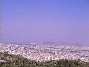 Ateenaa luonnehtii valitettavan usein suurkaupungin yllä leijuva punertavan sävyinensavusumu.