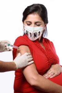 Raskauden aikana otettu influenssarokotus on turvallinen sekä äidille että sikiölle, ja toisin kuin julkisuudessa on väitetty, laajan norjalaistutkimusken mukaan rokotus vähentää keskemenojen vaaraa.