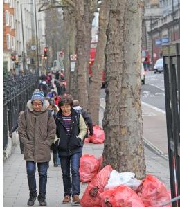 Brittien jätehuolto tuntuu meikäläiseen erilliskeäykseen tottuneesta kehittymättömältä, kun roskat kiikutetaan kadunvarsille muovipusseissa.