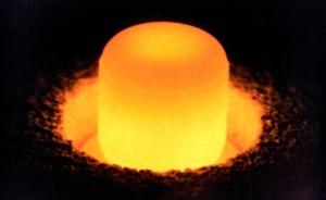 Plutonium tuottaa hajotessaan valtavasti lämpöä, joka voidaan muuntaa erityisessä reaktorissa sähköksi ja siten esimerkiksi  avaruusalusten voimanlähteeksi.