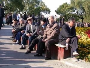 Seniori-ikäisiä kansalaisia on yhä enemmän miljoonakaupunki Hangzhoun katukuvassa kuten kaikkialla muuallakin Kiinassa.