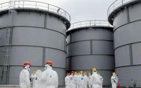 Fukushiman vaurioituneen ydinvoimalan sulaneiden reaktoriytimien jäähdyttämiseen käytettyä, radioaktiiviseksi muuttunutta vettä varastoidaan suurissa säiliöissä, joissa on ollut useita vuotoja. Ilmeisesti sekä suoraan vaurioituneista reaktorirakennuksiat että säiliöistä ympäristöön valunutta, erittäin vaarallista strontium-90 -isotooppia ja tritiumia on valunut myös alueen pohjavesiin.