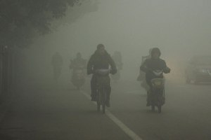 Massiivisen hiilenpolton aiheuttama ilman saastuminen näkyy ja tuntuu Kiinassa. Huaibei, Anhuin maakunta.