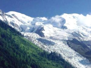 Alppien korkeimmat huiput kohoavat yhä korkeammalle mannerlaattojen liikkumisen seurauksena. Yhden millimetrin vuosinousu ei kuitenkaan olisi mahdollista, jos pysyvä jäätikkö ei estäisi vuoren kiviaineksen eroosiota. Bossoms Glacier, Chamonix, Ranska.