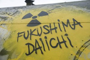 Fukushiman ydinvoimalassa radioaktiiviksi muuttuneita vesiä varastoidaan tankeissa, joiden kapasitetti ei valitettavasti enää riitä, ja tankkien vuodoista on päässyt säteileviä aineksia myös pohjavesiin.