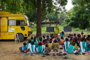 Lukutaito yleistyy Intiassa nopeasti monipuolisen opiskelu- ja opetusvalikoiman ansiosta. Maan hallitus tukee ja kannustaa niin lapsia kuin aikuisiakin kiinteiden koulujen ohella myös vapaamuotoiseen opiskeluun.