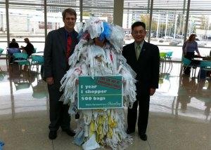 Jokainen kalifornialainen kuluttaa keskimäärin 500 muovikassia vuodessa. Monet kaupungit ovat kieltäneet kertakäyttöiset kauppakassit, ja pian myös  Los Angeles  liittyy tähän joukkoon.