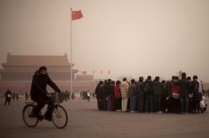 Ilmansaaste-episodien aikana hienoimmastakin nähtävyydestä  nauttiminen on vaikeaa. Turistiryhmä Pekingin Taivaallisen rauhan aukiolla helmikuussa 2013.