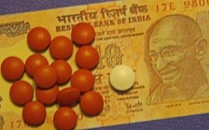 Köyhän intialaisen on syytä harkita, kannattaako ostaa yksi kansainvälisen suuryrityksen valmistama vai 15 kansallisen lääketehtaan pilleriä, kun molemmissa on täsmälleen samat tehoaineet.