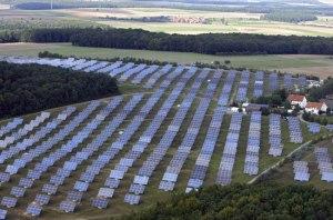 Aurinkoenergian tuotanto näkyy Saksassa sekä maisemassa että sähköntuotannon tilastoissa.