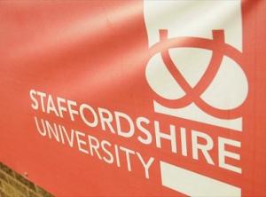 Staffordshire University -yliopiston mainostaulu Stoke Unitedin stadionilla näkyy kaikkialla maailmassa tv-lähetysten välityksellä, ja mainos houkuttaa varsinkin aasialaisia opiskelijoita tulemaan Britanniaan.