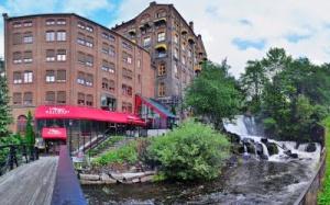 Osloa halkaisevan Akerselva-joen rantamilla sijaisevissa rakennuksissa aikanaan toimeet yritykset pilasivat vesiä, mutta tänään jokivarressa voidaan iloita puhtaista vesistä ja puhtaan veden vaateliaista kaloista.