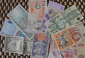 Rahojen käsitelyn jälkeen on syytä pestä kädet – valuutasta riippumatta.