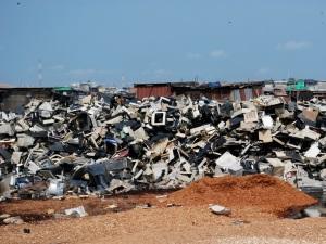 Käytöstä poistetut sähkö- ja elektroniikkalaitteet päätyvät valitettavan usein köyhien maiden kaatopaikoille ja valvomattomiin, sekä ihmisen että luonnon terveydelle vaarallisiin käsittelypaikkoihin.