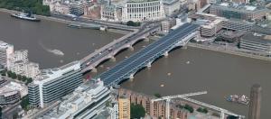 Lontoon keskustssa Thames-joen ylittävä Blackfriarsin rautatiesilta on nykyisin myös tehokas voimalaitos.