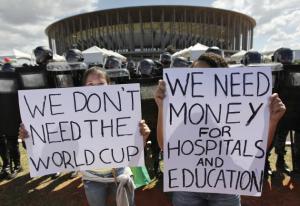 Brasilian uusi koulutuspoliittinen ohjelma on hallituksen vastaus mielenosoittajille, jotka ovat arvostelleet valtion rahojen käyttöä jalkapallon Mm-kisoihin yhteiskunnallisten tarpeiden sijaan.