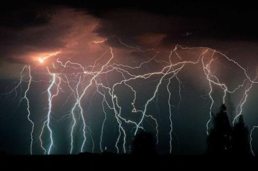"""Venezuelan """"ukkosmyrskykone"""" tuottaa 28 salamaniskua tunnissa, 10 tunnin ajan joka yö."""