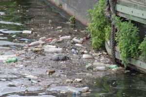 Meren roskaantuminen näkyy parhaiten rantavesissä, varsinkin satamissa, mutta aivan liikaa varsinkin muovijätteitä kelluu myös ulappavesillä.