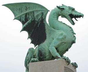 Ljubljanan vaakunankin liittyvällä lohikäärmeellä on näkyvä osa kaupunkimaisemassa.