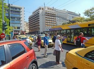 Ihmisten on ajoittain vaikea mahtua autojen valtaamaan Ateenaan.