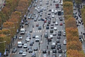 Avenue Champs-Elysees on yksi maailman kuuluisimmista kaduista  –   ja varmaankin myös yksi ruuhkaisimmista. Autojen suuri määrä on tärkein syy Pariisin ilmanlaatuongelmiin.