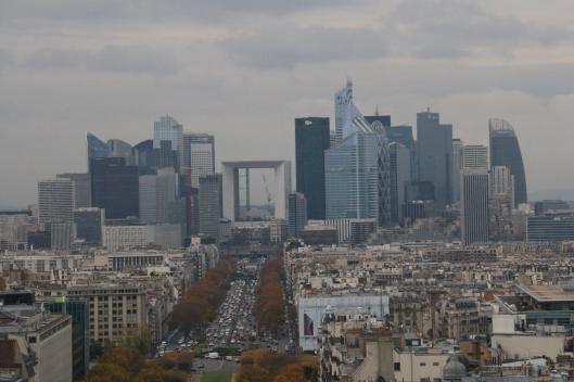 Kyllähän Pariisista modernia citynäkymääkin löytyy. La Defence -lähiö noin kahdeksan kilometrin päässä keskustasta on liike-elämän voimakas keskus, joka jää useimmilta turisteilta huomaamatta.
