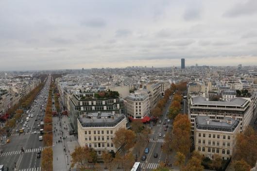 Näkymä Riemukaaren huipulta osoittaa, miten Tour Montparnasse -pilvenpiirtäjä rikkoo Pariisin kantakaupungin yleisilmettä.