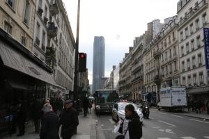 Pariisin kantakaupungin ainoan pilvenpiirtäjän, Tour Montparnassen sopivuus vanhan rakennuskannan silhuettiin on tietysti makuasia.