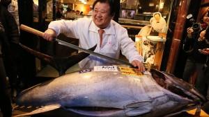4.15 miljoonaa jeniä oli Tokion tammikuun 2015 kalahuutokaupan ennätystonnikalan ostaneen, ravintolaketjun johtajan Kiyoshi Kimamuran mielestä yllättävän edullinen hinta.