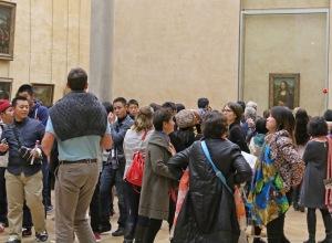 """Mona Lisan näkeminen omin silmin on """"must"""" lähes jokaiselle pariisinkävijälle."""