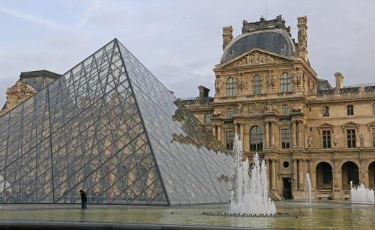 Louvre on miljoonille turisteille tärkein syy matkustaa Pariisiin. Kuva: Kai Aulio.