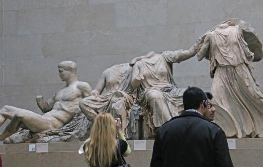 Elginin marmorit, Ateenan Akropoliilta 1800-luvun alussa tuodut (– ja kreikkalaisten mielestä varkaudella hankitut) patsaat ovat British Museumin suurimpia vetonauloja.