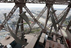 Turbiinit sulautuvat hyvin Eiffel-tornin teräsrakenteisiin.