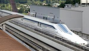Sähkömagneettisessa kentässä kiskojen yllä leijuvan junan kitka alustaansa nähden on mitätön.