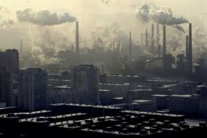 Saastuttava, vanhanaikaiseen teknologiaan ja kivihiilen polttoon perustuva teollisuus on Kiinan ympäristön ja väestön terveydelle niin vakava uhka, että valtion on pitänyt kiistää päästönormeja ja sulkea tehtaita.