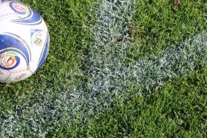Jalkapallostadionin viheriölle maalattu rajalinja vähentää nurmikon saamaa aurinkoenergiaa viidenneksellä.