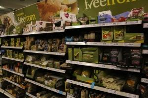 Britannian johtaviin lukeutuvan Sainsbury's -myymäläketjun supermarketeissa erikoiselintarvikkeet on koottu omaksi Free From -osastokseen, jolta löytyvät esimerkiksi gluteenittomat, sokerittomat, pähkinättömät tuotteet.