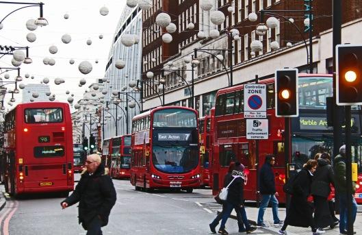 Bussien pakokaasupäästöjen vähentäminen – jossa on jo saavutettu merkittävää edistystä – tulee todelliseen tarpeeseen Lontoon Oxford Street-ostoskadulla. Kuva: Kai Aulio.