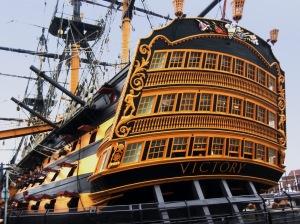 """Amiraali Nelsonin lippulaivan HMS Victoryn nimi (kuten tässä kuvassa) on ollut voiskymmeniä maalattuna liian ohuella ja vaatimattomalla kirjasintyylillä, mutta syksyn 2015 remontissa """"historiallinen vääryys"""" oikaistiin."""
