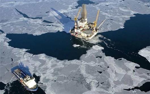 Merenalaisten kaasu- ja öljykenttien kartoitus ja hyödyntäminen ovat teknisesti erittäin vaikeita ja kalliita operaatioita, minkä takia kansainväliset jättiyhtiöt päättivät jättää varannot koskemattomiksi. Päätös on hyvä uutinen maailmanlaajuisen ilmastonmuutoksen hillitsemiseen pyrkivässä maailmassa, jossa hiilettömään talouteen siirtyminen on fossiilisten polttoaineiden käyttöön nähden etusijalla. Kuvalähde: Bloomberg.