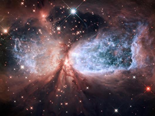 Joutsenen tähdistössä sijaitsevasta nuoresta tähdestä avaruuteen purkautuvat kuumat kaasuvirtaukset muodostavat yhdessä Sharpless 2-106 -tähtisumun keskustähden kanssa muodoltaan säännöllisen lumienkelin.