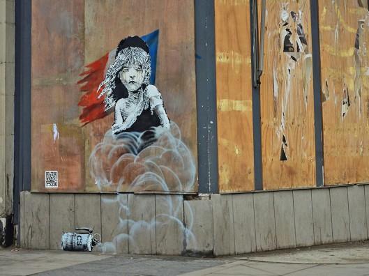 Banksyn poliittinen seinämaalaus ehti olla Lontoossa, Ranskan suurlähetystön naapurissa vain pari päivää, ennen kuin pakolaisia puolustava teos peitettiin. Kuva: ArtNet,com