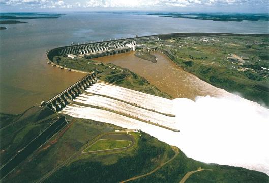 Maailman suurin vesivoimalaitos Itaipu ylitti Kiinan Kolmen solan padon voimalan sähköntuotannon parilla miljoonalla megawattitunnilla.