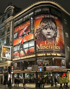 Banksyn seinämaalauksen hahmo on tuttu Lontoon katukuvassa, sillä Les Misérables-musikaalia on esitetty kaupungissa yhtäjaksoisesti vuodesta 2004. Kuva: Kai Aulio