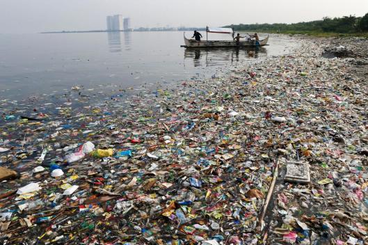 Rannoille ajautuvat roskat ovat vain osa – vaikkakin näkyvin osa – muovien aiheuttamaa merten saastumista. Kuva: Eric de Castro, Reuters; Filippiinit, Manilla Bay 2013.
